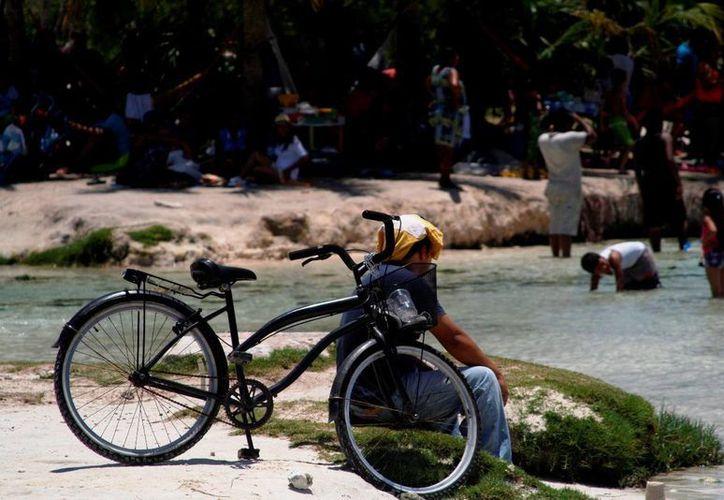 Recomiendan a los bañistas hidratarse constantemente y evitar exponerse mucho al sol. (Octavio Martínez/SIPSE)