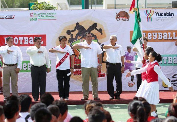 El secretario general de Gobierno, Víctor Caballero Durán, inauguró el XII Encuentro Deportivo Estatal del Cecytey. (SIPSE)