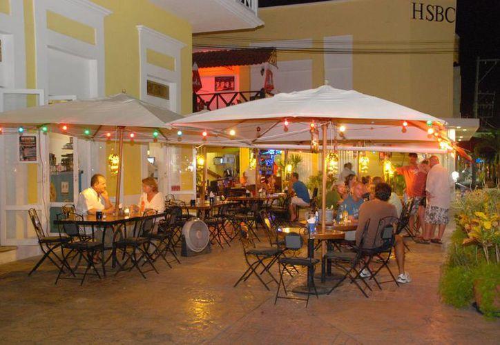 Los bares podrían cerrar hasta las 4 horas y sólo deberán pagar 14 salarios mínimos por noche. (Gustavo Villegas/SIPSE)