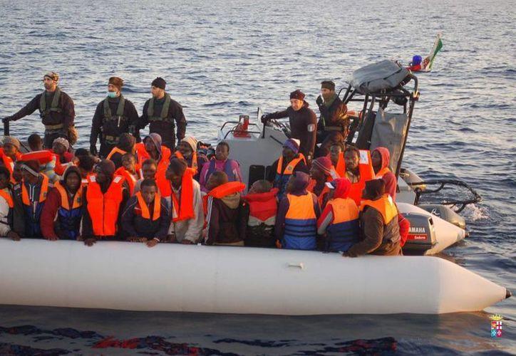 Fotografía cedida por la Marina italiana del pasado mes de marzo que muestra a inmigrantes procedentes del norte de África que fueron rescatados en aguas del estrecho de Sicilia. (EFE)