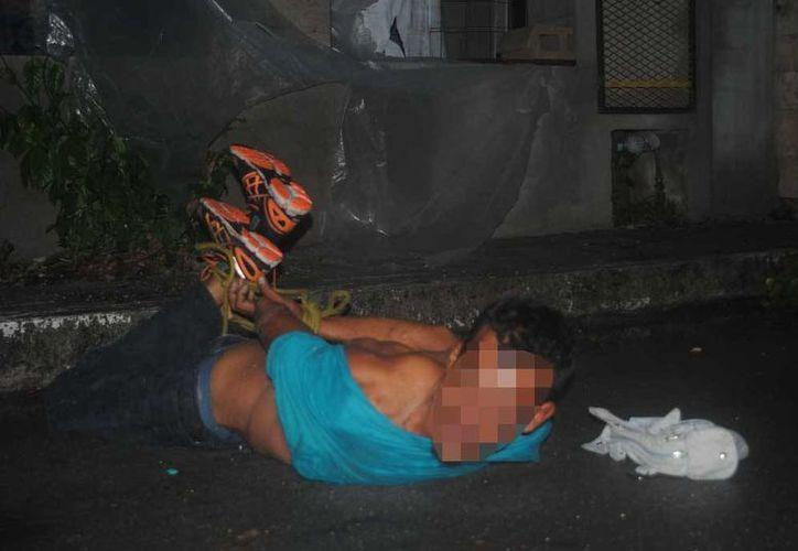 El hombre fue atrapado y amarrado por habitantes de la colonia Zazil Ha. (Redacción/SIPSE)