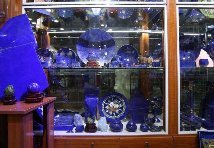 Varias piezas fabricadas con lapislázuli, una piedra azul que se encuentra casi en exclusiva en Afganistán, en una tienda en Kabul. (Agencias)