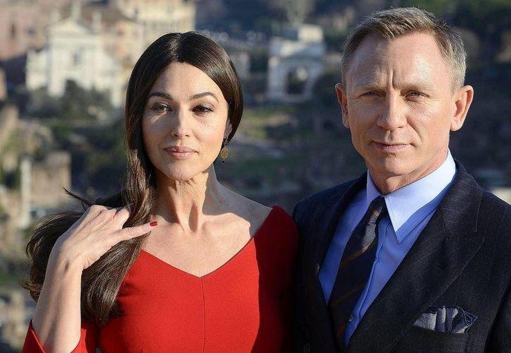 Monica Bellucci, la chica Bond más veterana, aparece con Daniel Craig. Ambos protagonizarán el nuevol filme del agente 007, 'Spectre'. (EFE)