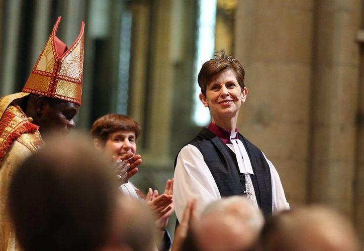 Libby Lane sonríe durante su consagración como obispa de Stockport. (Agencias)