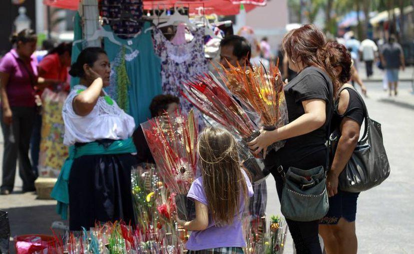 Los yucatecos ya buscan insistenmente un regalo para mamá. (Christian Ayala/SIPSE