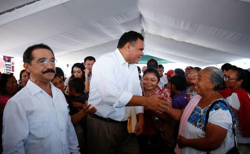 El gobernador, Rolando Zapata Bello, entregó apoyos durante una gira por Maxcanú. (Cortesía)