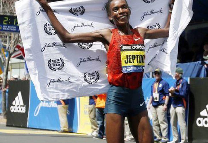 Rita Jeptoo, de Kenia, celebra su victoria en la división femenina de la 118 ª Maratón de Boston este lunes. (Agencias)