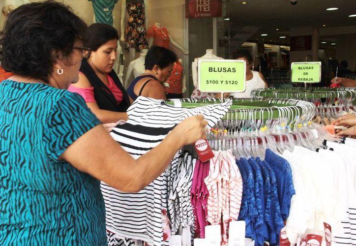 Tiendas de ropa ofrecen rebajas en productos de la temporada decembrina. (Archivo/ Milenio Novedades)