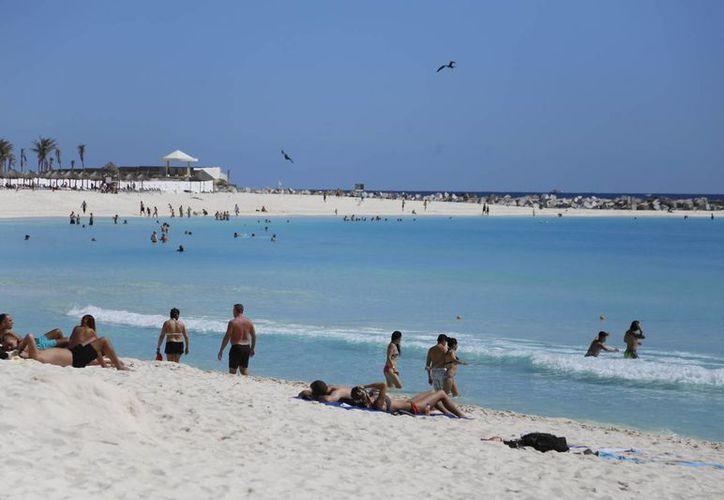 Los turistas y cancunenses disfrutan de las playas del destino. (Israel Leal/SIPSE)
