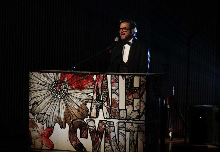 Aleks Syntek informó que prepara una gira por Latinoamérica, junto con Cristian Castro. En la foto Syntek, durante la ceremonia de los Premios Canacine. (Notimex)
