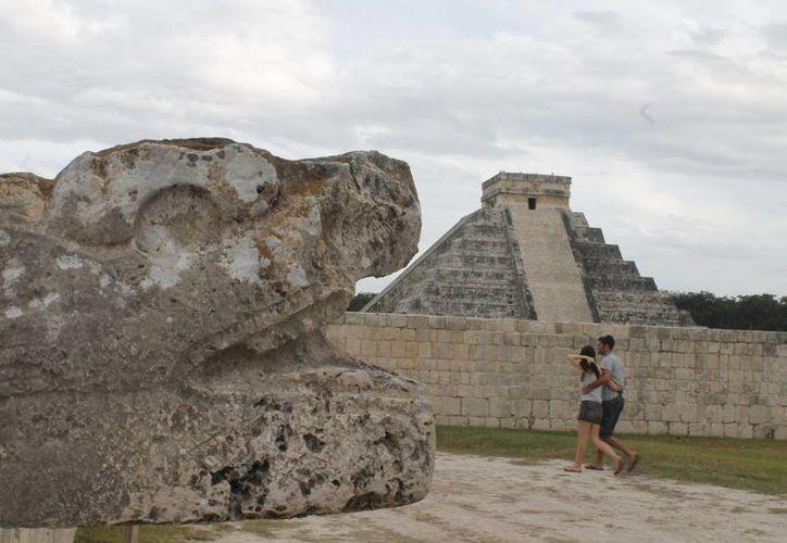 Las zonas arqueológicas atraen a turistas nacionales y extranjeros. (Israel Leal/SIPSE)