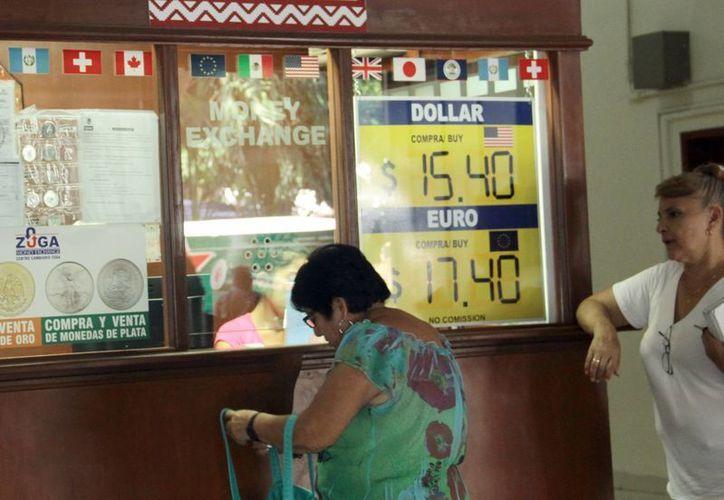Las constantes alzas en el tipo de cambio del dólar frente al peso están comenzando a impactar en los negocios yucatecos. Se reporta que algunos ya aplican aumentos. (Jorge Acosta/SIPSE)