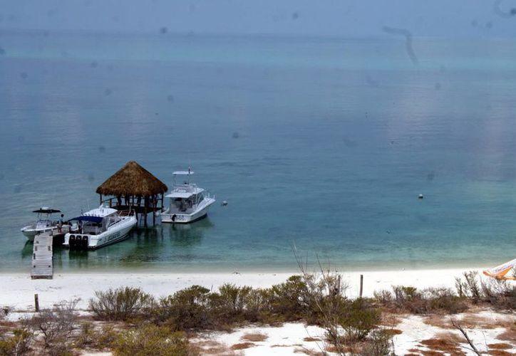 Las autoridades recomiendan a las embarcaciones tener mucho cuidado cuando naveguen en el Arrecife Alacranes, a fin de evitar encallamientos. (SIPSE/Archivo)