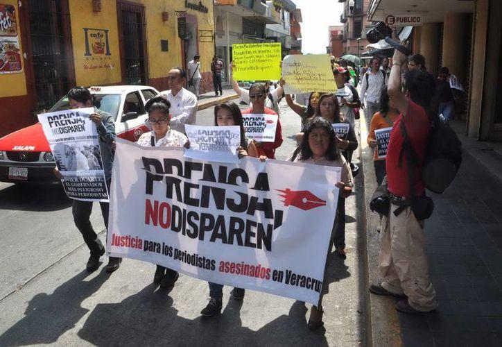 Periodistas y trabajadores de medios de comunicación de Veracruz durante una protesta por los asesinatos de varios compañeros. (Archivo/Notimex)