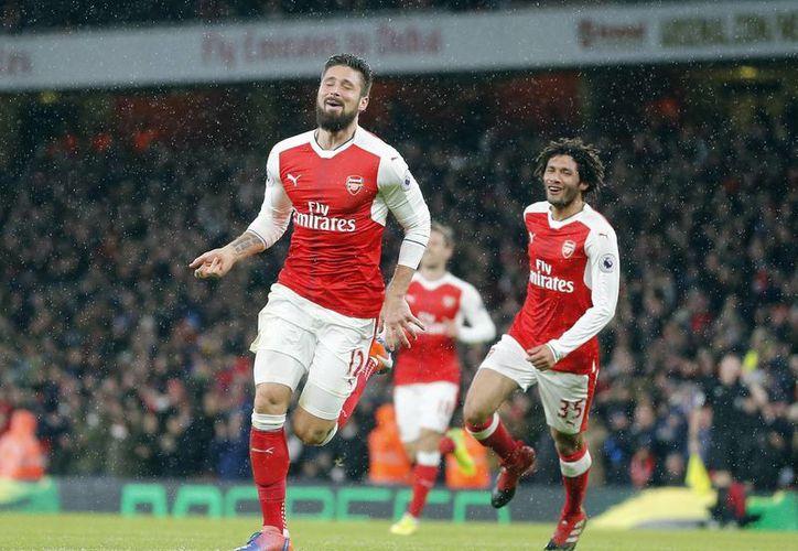 Olivier Giroud puso en ventaja al Arsenal con un espectacular gol de  'escorpión', en los primeros minutos del duelo. (Frank Augstein/AP)