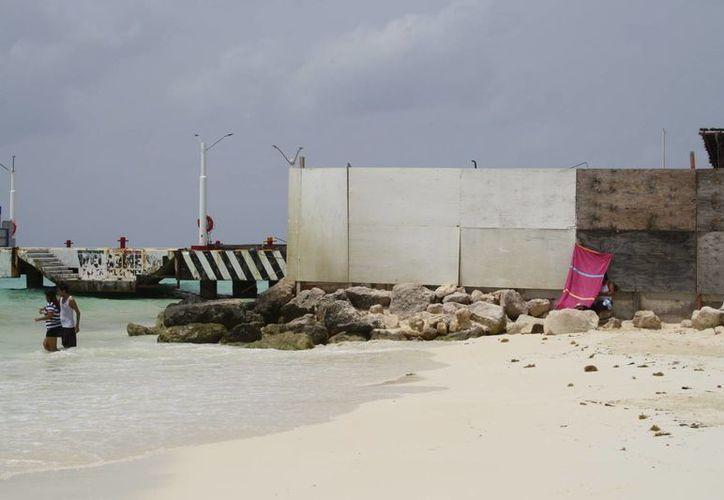 Aunque las obras del muelle fiscal de Playa del Carmen fueron suspendidas por la Cofepris, las labores continúan.  (Octavio Martínez/SIPSE)