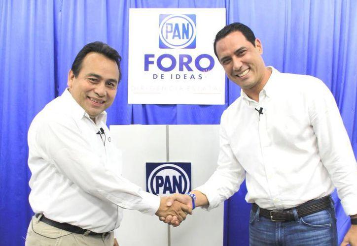 Previo al debate, Alfredo Rodríguez y Raúl Paz estrecharon las manos. (Milenio Novedades)