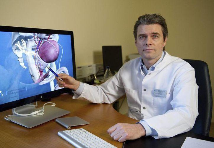 Cada ves más hombres optan por tratamientos muy intensos y costosos. (EFE)