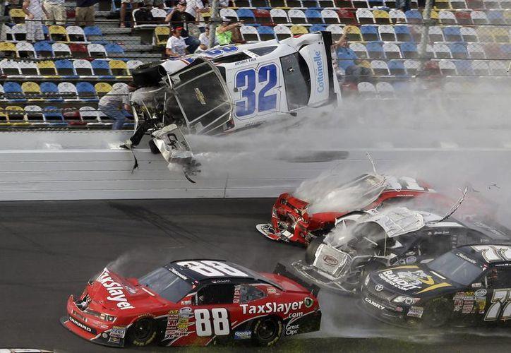 Momento en el que el auto de Kyle Larson impacta contra la barda.