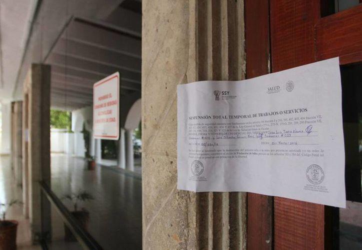Imagen de los sellos del hotel situado en el Paseo de Montejo, el cual fue clausurado durante la semana por utilizar supuesta aguan contaminada. Un huésped permaneció en el hotel tras no percatarse cuando se realizó la clausura. (Milenio Novedades)
