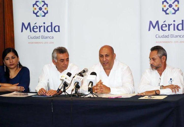César Bojórquez Zapata (segundo de izquierda a derecha), dio a conocer los pormenores del IV Simposio sobre el Patrimonio Cultural en Mérida. (Milenio Novedades)