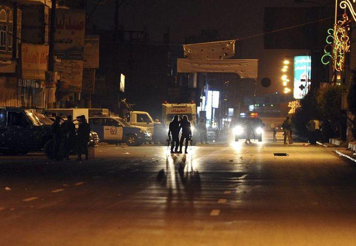 Unos soldados yemeníes montan guardia en una calle hacia el centro de una prisión donde se ha producido un ataque, en Saná, Yemen. (EFE)