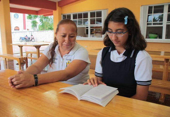 La profesora de español y la alumna. (Julián Miranda/SIPSE)