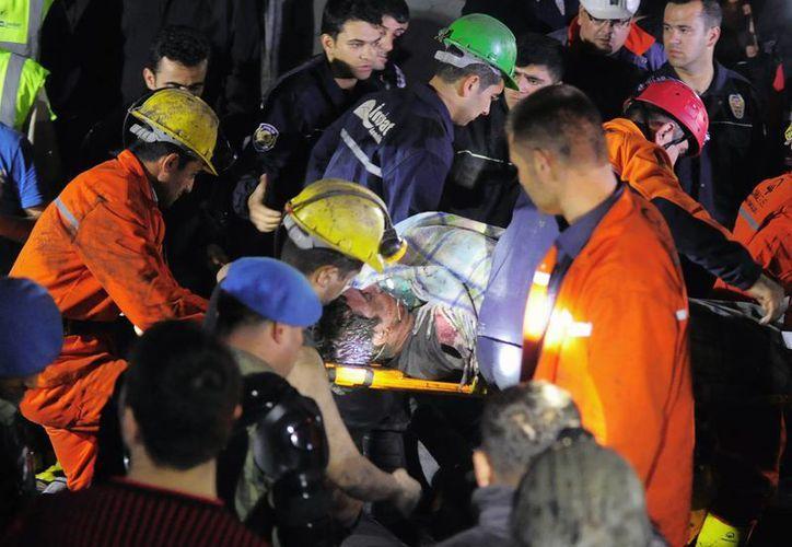 Rescatistas sacan a uno de los trabajadores atrapados en en la mina de carbón de Soma, donde las labores de auxilio no han cesado. (Foto: AP)