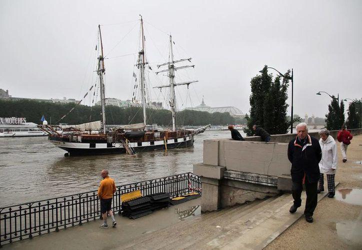 El Grand Palais reabrió sus puertas el domingo después de cerrar por el riesgo de inundación. (AP)