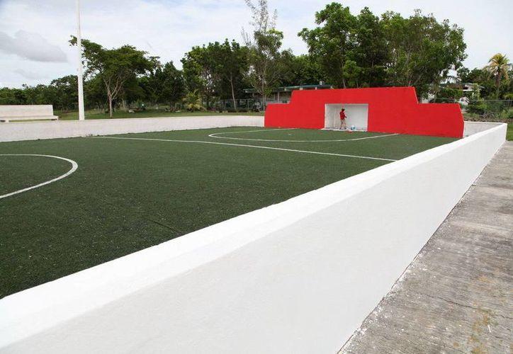 La nueva cancha de fútbol siete con pasto sintético, cuenta con luminarias, barda perimetral y gradas. (Redacción/SIPSE)