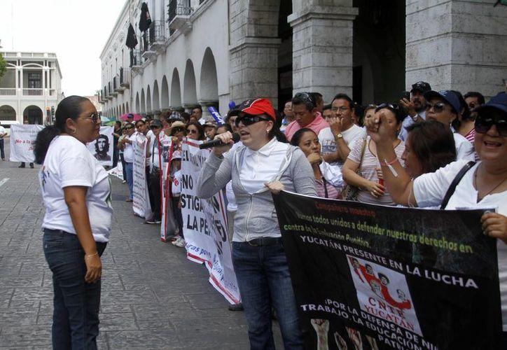 Durante la marcha de maestros de la CNTE en Mérida dijeron que  bloquearán  y cerrarán las sedes donde se apliquen los exámenes de permanencia. (SIPSE)