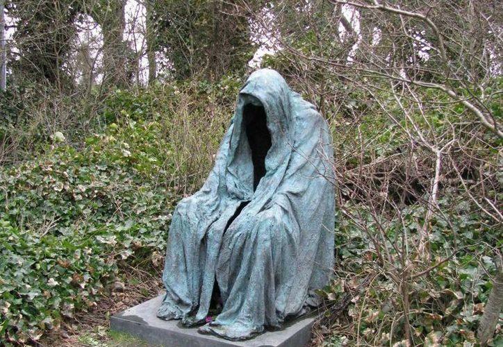 Dicen que ese sacerdote aparece con una túnica en el panteón y quien lo ve se convierte en piedra... (Jorge Moreno/SIPSE)