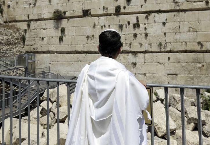 La enorme piedra cayó sobre un área de oración adyacente. (yahoo.com)