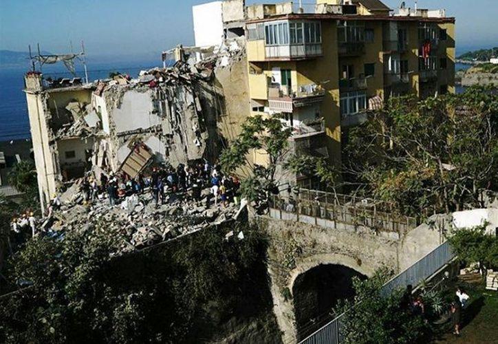 El quinto piso del edificio se derrumbó por completo, mientras que del tercero y el cuarto apenas quedan en pie pocos pilares. (Excelsior)