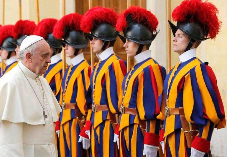 Imagen de archivo del Papa Francisco con integrantes de la Guardia Suiza, a cuyo jefe, coronel Daniel Rudolf Anrig, despidió esta mañana. (Vatican Insider)