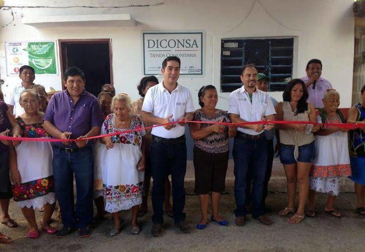 Imagen de la inauguración de la tienda Diconsa en Susulá, por el gerente regional de la dependencia, Raúl G. Cantón Castillo. (Milenio Novedades)