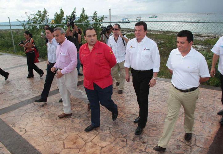 El gobernador de Quintana Roo y el director general del Fonatur, junto con otras autoridades, hicieron un recorrido por la Marina. (Gustavo Villegas/SIPSE)