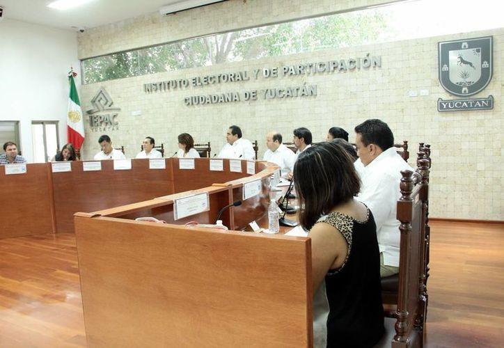 Reclaman a consejeros del Iepac premura para aprobar la propuesta. Imagen de sesión extraordinaria del Instituto Electoral y de Participación Ciudadana.   (Milenio Novedades)