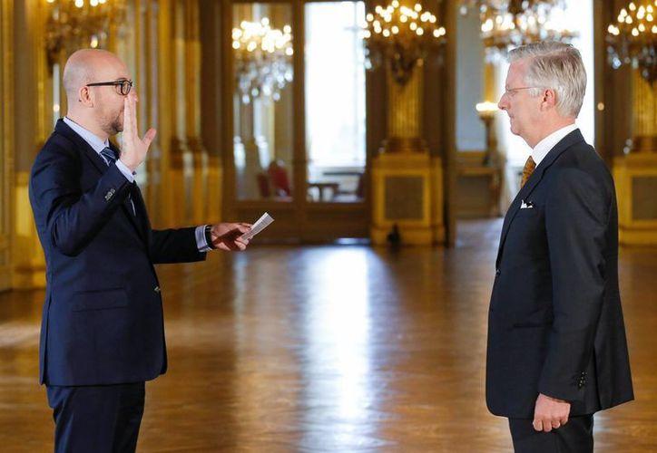 El nuevo primer ministro belga, Charles Michel (iz) y el rey Felipe de Bélgica (d) durante la ceremonia de toma de posesión del nuevo gobierno federal hoy en el Palacio real de Bruselas, en Bruselas. (EFE)