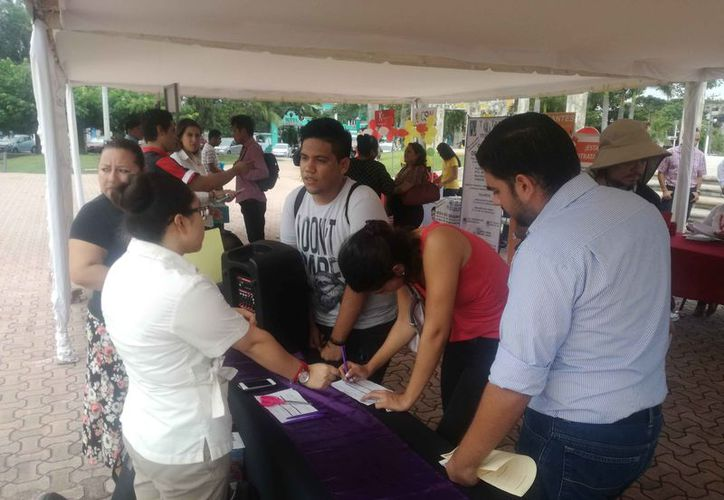 Se instaló una feria del empleo en la explanada de la plaza cívica 28 de Julio. (Daniel Pacheco/SIPSE)