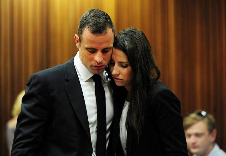 Pistorius con su hermana Aimee durante una de las jornadas del juicio en Pretoria. (EFE/Archivo)