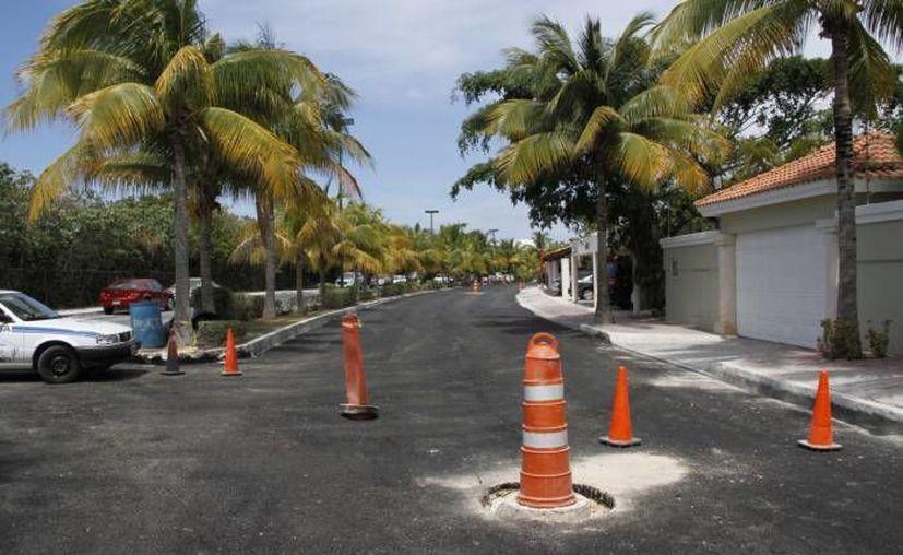 Dentro del club de golf Pok Ta Pok, en el kilómetro 7.5 del bulevar Kukulcán, se realizó una diligencia de embargo. (Redacción/SIPSE)