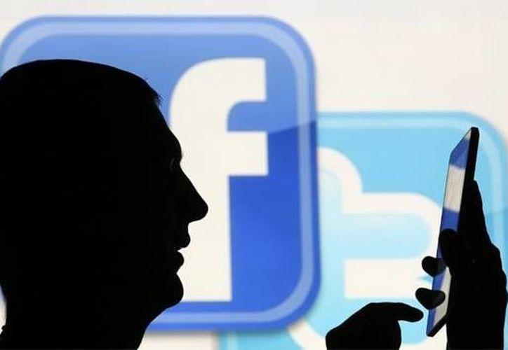 Con la conexión a internet desde teléfonos inteligentes, usted puede ser rastreado en cada paso que de. (Reuters)