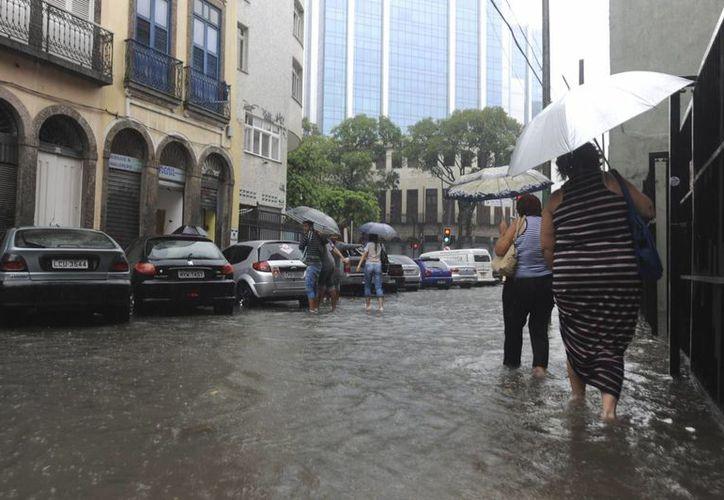 Miles de familias han sido evacuadas por la intensidad de las lluvias que azotan Río de Janeiro desde el martes. (EFE)