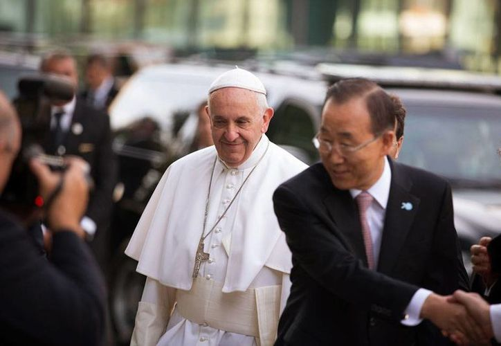 El Papa Francisco llegó a la ONU para hablar ante la Asamblea General. Fue recibido por el secretario general de la organización, Ban Ki-moon (der). (AP)