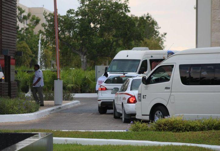Los taxistas acusan a los operadores de Vans de mover a los visitantes de los hoteles sin contar con los contratos de las agencias de viaje. (Adrián Barreto/SIPSE)