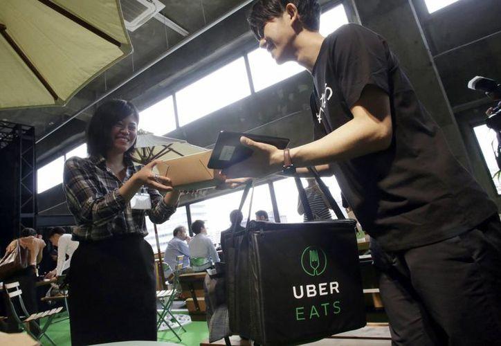 Uber destacó que a partir de hoy se activará la plataforma disponible para Android e iOS en México. (AP Photo/Eugene Hoshiko)