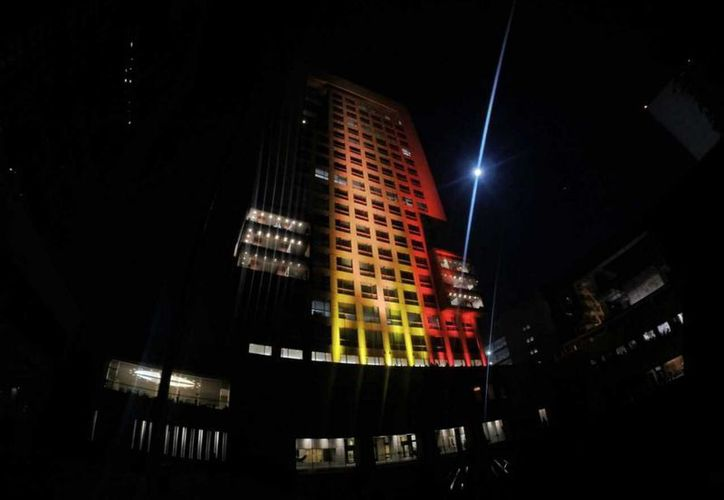 Así lució el edificio de la SRE al iluminarse con los colores de la bandera de Bélgica. (Notimex)