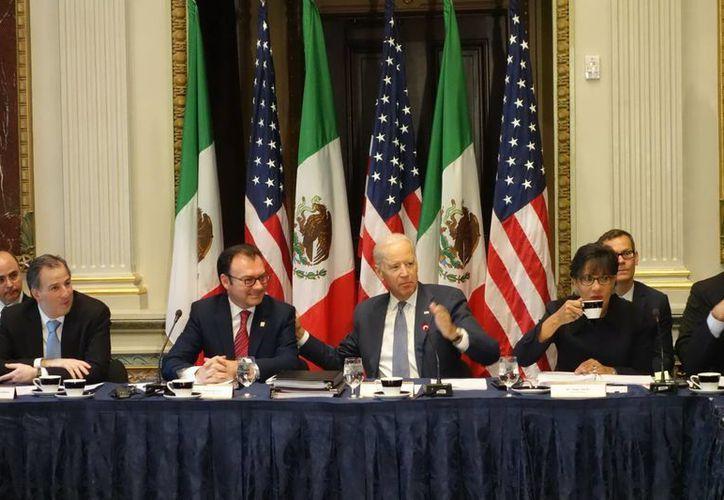 Luis Videgaray y Joe Biden (c) planean convertir a Norteamérica en la región económica más competitiva del mundo. (Notimex)