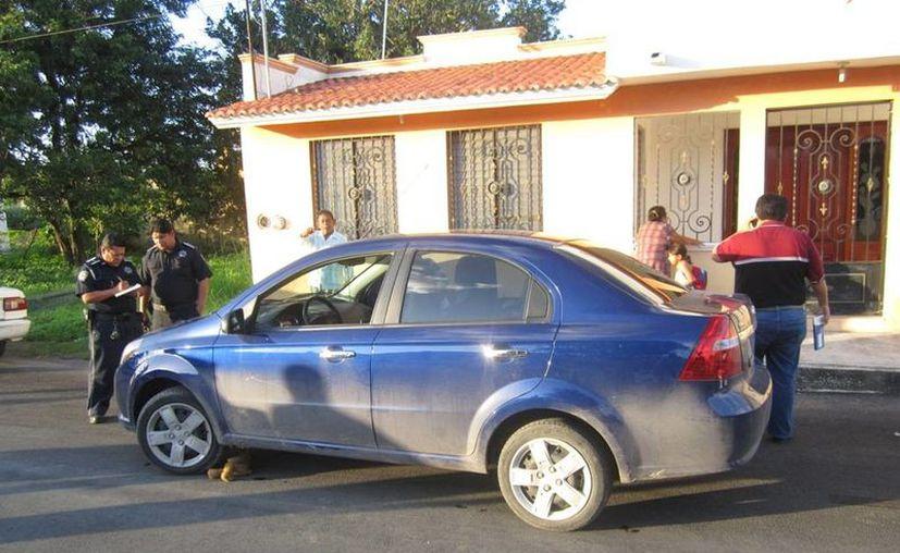 Debajo del automóvil quedó tirado el oso de peluche que llevaba el niño al momento de ser atropellado. (Redacción/SIPSE)